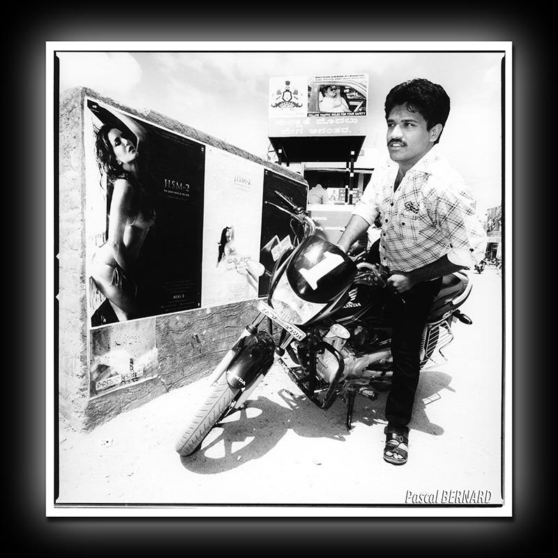 2012 affiche inde 002
